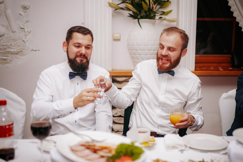 Fotoreportaż Ślubny - wesele goście przy stole